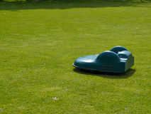 Cortador de grama robótico na grama Foto de Stock