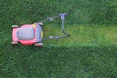 Cortador de hierba en el césped Fotografía de archivo