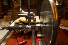 Cortador de la carnicería que talla el jamón de la carne de las rebanadas fotografía de archivo