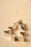 Cortador de la galleta del árbol de navidad Fotos de archivo