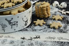 Cortador de la galleta de la Navidad con el reno, el azúcar y la estrella fotos de archivo