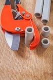 Cortador de tubulação com tubulações cutted Imagens de Stock