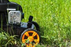 Cortador do cortador de grama ou de grama na grama verde Imagens de Stock Royalty Free