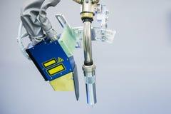 Cortador do gás no braço do robô imagens de stock royalty free