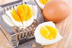 Cortador do ovo e ovos cutted na tabela imagem de stock royalty free