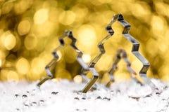 Cortador e pérolas giratórios da árvore de abeto na parte dianteira, brilho dourado b Imagem de Stock Royalty Free