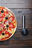 Cortador e pizza Fotografia de Stock Royalty Free