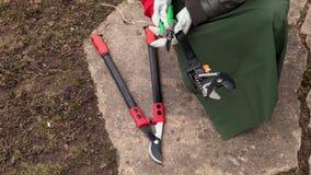 Cortador e tesouras de ramo da tomada do jardineiro da mulher vídeos de arquivo