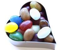 Cortador en forma de corazón con el caramelo Fotos de archivo libres de regalías