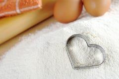 Cortador en forma de corazón de la galleta Fotografía de archivo libre de regalías