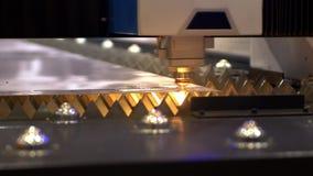Cortador industrial del laser con las chispas La cabeza programada del robot corta con la ayuda de una hoja enorme de la temperat almacen de video