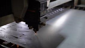 Cortador industrial do laser com faíscas A cabeça programada do robô corta com o auxílio de uma folha enorme da temperatura do me video estoque