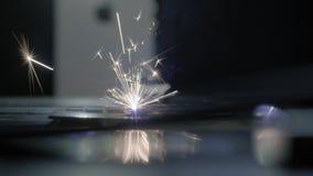 Cortador industrial do laser com fa?scas A cabe?a programada do rob? corta com o aux?lio de uma folha enorme da temperatura do me video estoque