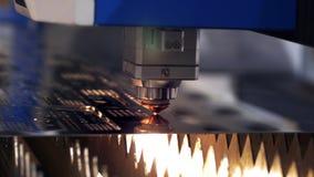Cortador industrial do laser com fa?scas A cabe?a programada do rob? corta com o aux?lio de uma folha enorme da temperatura do me vídeos de arquivo