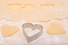 Cortador una pasta en forma del corazón Foto de archivo