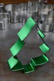 Cortador verde de la galleta del árbol de navidad Fotografía de archivo