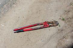 Cortador viejo de la visión superior para el alambre o barras de acero en la tierra fotos de archivo