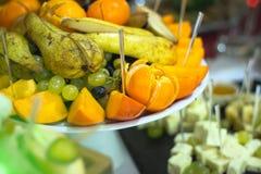 Cortadora de la fruta para un banquete Imágenes de archivo libres de regalías