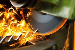 Cortadora de madera durante la cuchilla que afila con muchas chispas Imagen de archivo libre de regalías