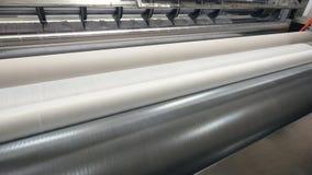 Cortadora industrial que trabaja en la cadena de producción de las servilletas 4K metrajes
