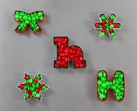 Cortadores da cookie do feriado enchidos com os doces Foto de Stock Royalty Free