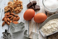 Cortadores da cookie do Natal com ingredientes do cozimento Fotografia de Stock