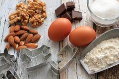 Cortadores da cookie do Natal com ingredientes do cozimento Imagens de Stock