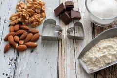 Cortadores da cookie do Natal com ingredientes do cozimento Fotos de Stock