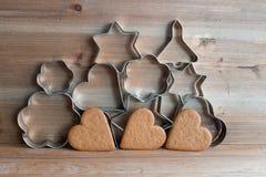 Cortadores da cookie do Natal e cookies do pão-de-espécie Imagem de Stock