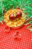 Cortadores da pastelaria e esferas do Natal Fotos de Stock