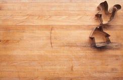 Cortadores de la ardilla y de la galleta de la casa en un bloque de carnicero Fotos de archivo libres de regalías
