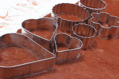Cortadores de la galleta del metal en la pasta para las galletas Imágenes de archivo libres de regalías