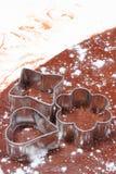 Cortadores de la galleta que mienten en la pasta para las galletas Imagenes de archivo
