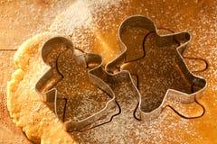 Cortadores de los cokkies del muchacho y de la muchacha del pan de jengibre Fotografía de archivo libre de regalías