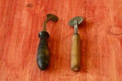 Cortadores de los tallarines del vintage en fondo de madera Fotos de archivo