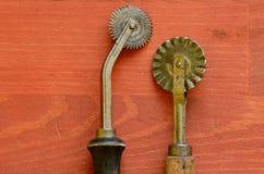 Cortadores de los tallarines del vintage en fondo de madera Foto de archivo