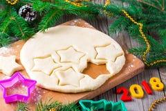 Cortadores del Año Nuevo 2018 del fondo de la Navidad, de la pasta y de la galleta Imágenes de archivo libres de regalías