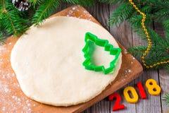 Cortadores del Año Nuevo 2018 del fondo de la Navidad, de la pasta y de la galleta Visión superior Foto de archivo libre de regalías