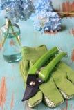 Cortadores e luvas do jardim fotografia de stock royalty free