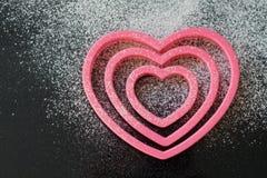 Cortadores en forma de corazón de la galleta Foto de archivo libre de regalías
