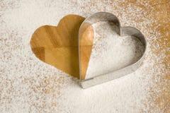 Cortadores en forma de corazón de la galleta imágenes de archivo libres de regalías