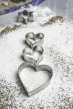 Cortadores en forma de corazón de los pasteles en una goma - vertical Fotografía de archivo libre de regalías