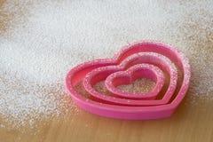 Cortadores en forma de corazón de la galleta Imagen de archivo