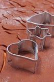 Cortadores y pasta de la galleta del metal para el pan de jengibre Imágenes de archivo libres de regalías