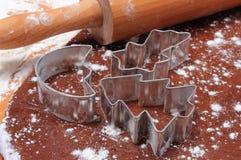 Cortadores y rodillo de la galleta en la pasta para el pan de jengibre Imagenes de archivo