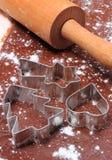 Cortadores y rodillo de la galleta en la pasta para el pan de jengibre Imagen de archivo