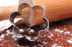 Cortadores y rodillo de la galleta en la pasta para el pan de jengibre Foto de archivo
