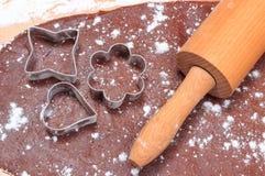Cortadores y rodillo de la galleta en la pasta para las galletas Foto de archivo
