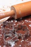 Cortadores y rodillo de la galleta en la pasta para las galletas Fotografía de archivo libre de regalías