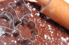 Cortadores y rodillo de la galleta en la pasta para las galletas Fotos de archivo